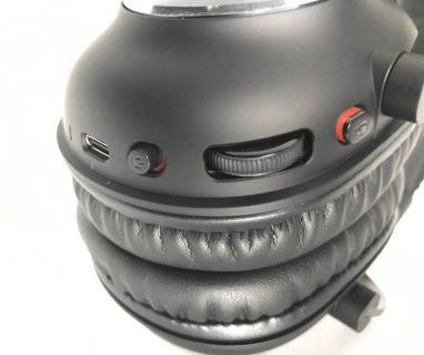 本体左耳側に順にマイク接続、USB-TypeC充電、本体電源スイッチ、音量ボリューム、マイクミュートボタンが付いている